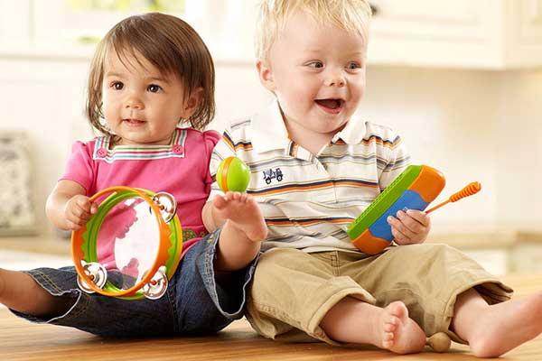Какими игрушками порадовать самых маленьких