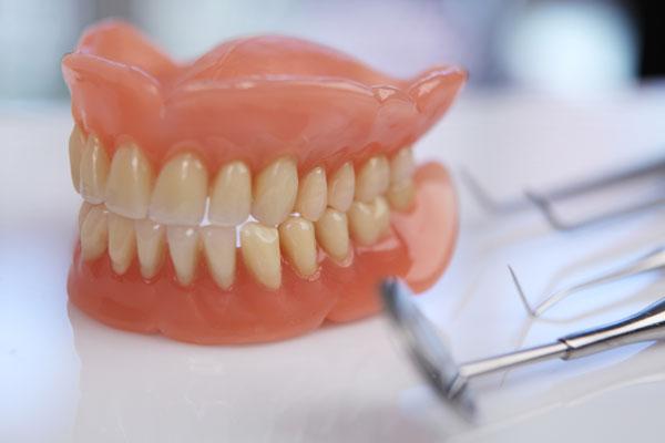 Какое протезирование зубов лучше
